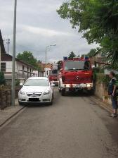Während einer Kontrollfahrt im Juli 2010: Ein falsch abgestellter Opel behinderte in der Wartenberger Straße (Otterberg-Drehenthalerhof) die Durchfahrt der beiden Großfahrzeuge. Keine drei Meter Platz waren zwischen PKW und Stützmauer.