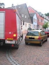 Während einer Kontrollfahrt im Juli 2010: Ein Renault (rechts) hielt einen Abstand von fünf Metern im Einmündungsbereich nicht ein. Das Tanklöschfahrzeug (links) konnte daher nicht von der Lauer- in die Mühlstraße (Otterberg) abbiegen.