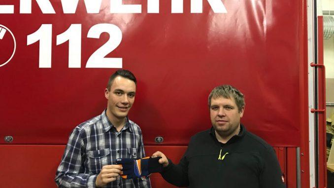Christoph Schehr und Andreas Steinbach mit einem der neuen Handschuhe.