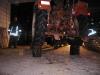 Traktor auf vier Holzstücken