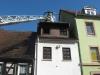 Mit der Drehleiter wird das Dach nach den Löscharbeiten überprüft.
