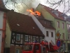 Während dem Aufbau des Löschangriffs brach das Feuer durch die Dachhaut. Flammen wurden sichtbar. Bild: Heiner Klehr, Otterberg