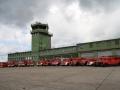 Fotoshooting vor dem Tower des ehemaligen Militärflugplatzes Sembach. Gruppenbild mit den Fahrzeugen des ersten Korsos.