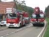 12. April 2011 – Pferderettung, Otterberg Neumühle; Der Kran der Berufsfeuerwehr Kaiserslautern fährt zu seinem Standplatz.