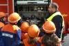 Wehrführer Niederkirchen, Robin Dietz, zeigt und erklärt den Kindern die im Fahrzeug verbaute Feuerlöschkreiselpumpe.