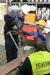 Mit einem Schneidgerät durfte jedes Kind ein Stück von einer Eisenstange abschneiden.