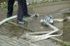 Die Schlauchkupplung war nicht richtig festgedreht und löste sich daher. Eine kleine Überschwemmung war die Folge.