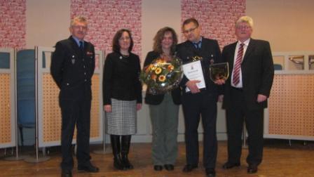 Von links: Wehrleiter Gerwald Wenz, Kreisbeigeordnete Gudrun Heß-Schmidt, Sabine Wirth-Kettering, Rüdiger Kettering und Bürgermeister Ulrich Wasser.