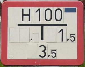 Solche Schilder mit einem roten Rand weisen auf den Standort eines Unterflurhydranten hin.
