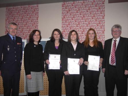 Von links: Wehrleiter Gerwald Wenz, Kreisbeigeordnete Gudrun Heß-Schmidt, Christine Bischoff, Carolin Welle, Manuela Welle und Bürgermeister Ulrich Wasser.