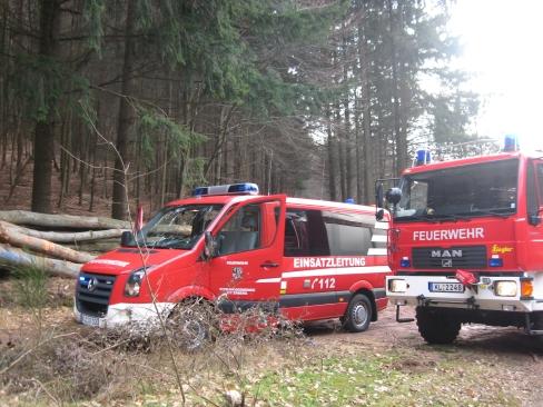 Ebenfalls ausgerückt waren der Einsatzleitwagen (links) und der Rüstwagen. Aufgenommen im Bereitstellungsraum bei der Abfahrt zum Drehenthalerhof.