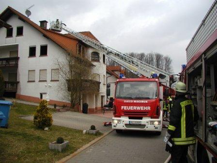 Die Drehleiter Feuerwehr Otterberg während dem Einsatz.