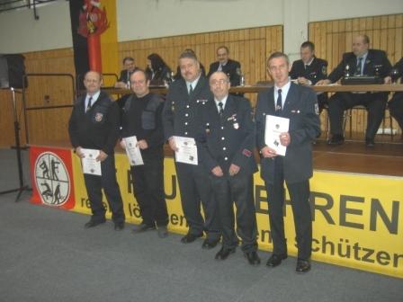 Teil der Geehrten für 25-jährige Mitgliedschaft im Kreisfeuerwehrverband. Zweiter von rechts: 1. Vorsitzender Kreisfeuerwehrverband Kaiserslautern e.V. Rudi Molter