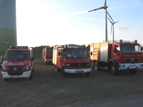 Die vor der Windkraftanlage abgestellten Einsatzfahrzeuge während der Übung.