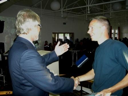 Kreisfeuerwehrinspekteur Hans Weber (links) während der Plaketten-Übergabe an den Wehrführer Otterberg Hendrik Braun (rechts).