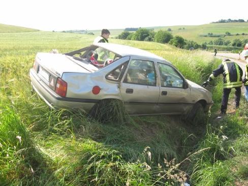 Nachdem der Opel wieder auf den Rädern steht überprüfen die Wehrleute das Fahrzeug, ob Betriebsstoffe auslaufen
