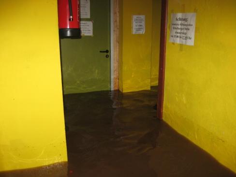 Der überflutete Grundschulkeller, nachdem bereits der Pegel um einige Zentimeter gesenkt war.