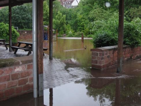 Der überschwemmte Schulhof.