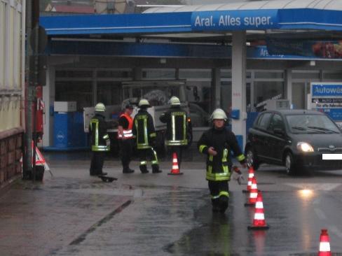 Das Wasser lief bis zum Verkehrskreisel. Einsatzkräfte haben die Einsatzstelle mit Pylonen abgesichert, weil die seitlichen Straßeneinläufe geöffnet sind.