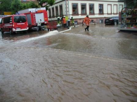 Hauptstraße überflutet. Der Grundschulkeller wird bereits ausgepumpt.