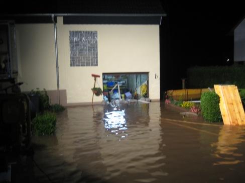 Ein überschwemmtes Grundstück in Katzweiler.