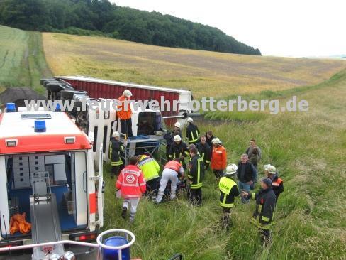 Wehrleute und das Rettungsdienstpersonal haben den verletzten Fahrer bereits befreit.