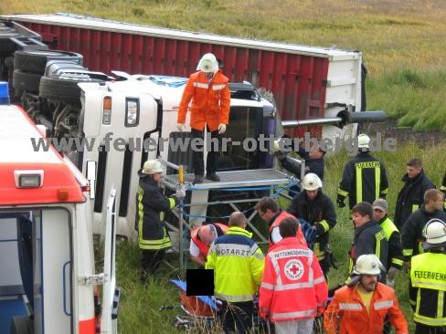 Notarzt und Rettungsdienstpersonal betreuen den Verletzten.