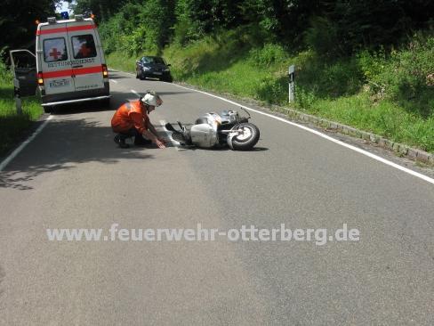 Ein Feuerwehrmann kontrolliert den Motorroller.