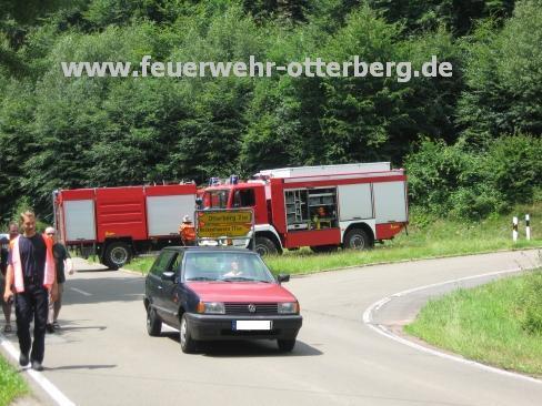 Mit den Feuerwehrfahrzeugen wurde die Straße voll gesperrt.