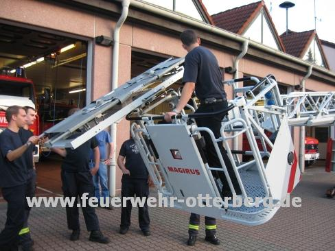 Korb in Schieflage - Die Vorgehensweise bei einer Personenrettung über ein Dachfenster wird demonstriert.