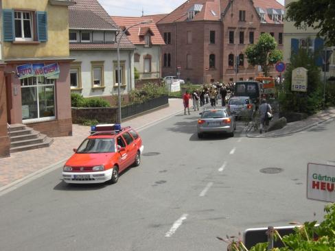 Der Kommandowagen fährt vorneweg und warnt entgegenkommende Fahrzeuge.