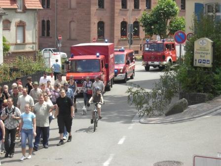 Während dem Marsch in den Wald sicherte die Feuerwehr Otterberg die auf der Straße laufenden Teilnehmer ab.