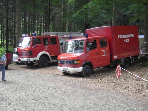 Zwei Feuerwehrfahrzeuge im Wald - TLF 16/25 (links) und das MZF (rechts).