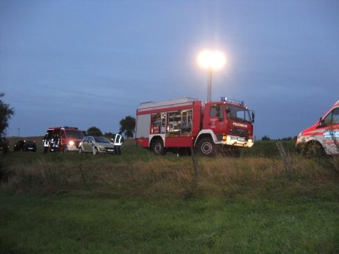 Während dem Einsatz. Der Rüstwagen leuchtet die Einsatzstelle aus.