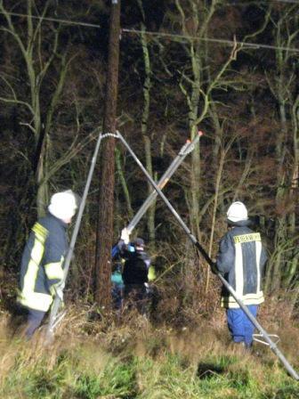 Der Außendienst des örtlichen Stromversorgers und die Feuerwehrangehörigen stützten zusammen den Strommast ab.