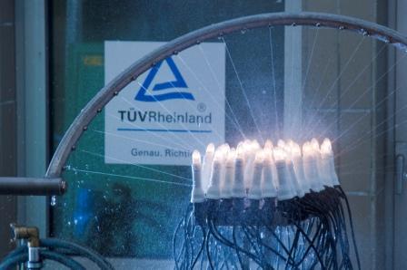 Weihnachtszeit = Lichterkettenzeit – großer Lichterkettentest; Der TÜV Rheinland hat 83 verschiedene Lichterketten auf ihre Sicherheit hin untersucht. Mit erschreckenden Ergebnissen: 65 der geprüften Lichterketten entsprechen nicht den Normen und besitzen ein hohes Gefährdungspotential für den Verbraucher! Foto: TÜV Rheinland