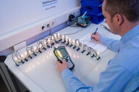 Erwärmungstest an Lichterketten; Durch den Ausfall einzelner Glühlampen können sich die noch funktionierenden Lampen so stark erhitzen, dass Brand- und Verletzungsgefahr drohen. Auch steigt der Stromverbrauch der Kette drastisch an. Die Experten des TÜV Rheinland simulieren daher den Ausfall einzelner Lampen und messen dabei die Erwärmung der Kette. Foto: TÜV Rheinland