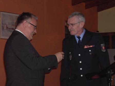 Wehrleiter Gerwald Wenz (rechts) nach der Übergabe des Funkmeldeempfängers an Bürgermeister Martin Müller (links).