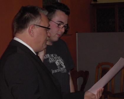 Sebastian Adam (rechts) legt seinen Amtseid ab.