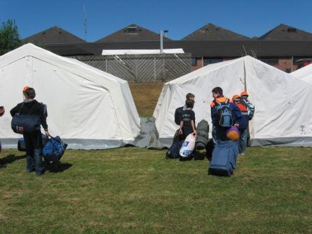 Jugendfeuerwehrangehörige beziehen ihr Zelt. Aufgenommen während dem Pfingstzeltlager 2009 in Ramstein-Miesenbach. Bild: Feuerwehr Otterberg