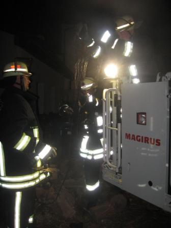 Das Kaminkehrwerkzeug wurde über die Drehleiter vorgenommen. Bild: Feuerwehr Otterberg