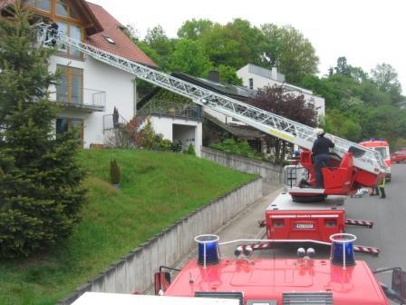 Der Korb der Drehleiter steht in Höhe des zweiten Obergeschosses. Kurze Zeit später wird die Frau runter auf die Straße transportiert. Bild: Feuerwehr Otterberg