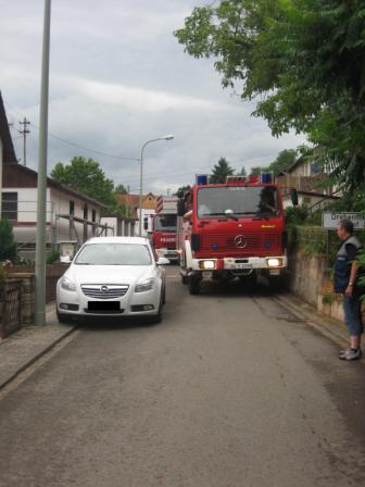 Ein falsch abgestellter Opel behinderte in der Wartenberger Straße die Durchfahrt der beiden Großfahrzeuge. Bilder: Feuerwehr Otterberg