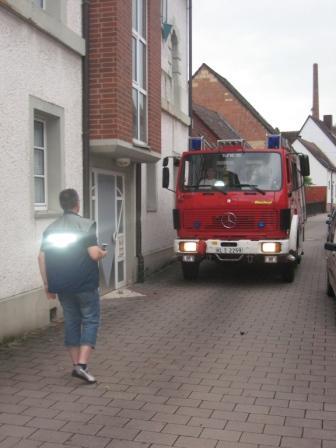 Ein Mitarbeiter des Ordnungsamtes kontrolliert, ob das Feuerwehrfahrzeug durch die Engstelle passt. Bilder: Feuerwehr Otterberg