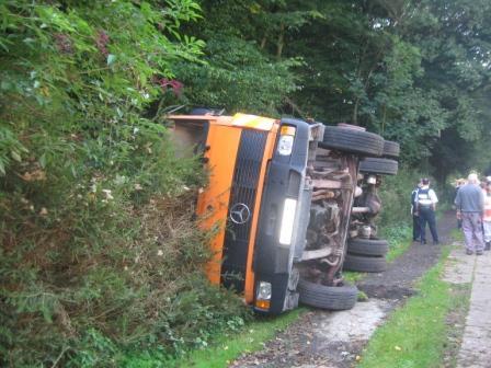 Ein Bauhof-LKW der Verbandsgemeinde Otterberg war auf einer Zufahrtsstraße im Dreibrunnen während dem Kranbetrieb umgestürzt.