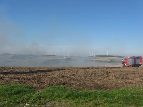 Eine Rauchentwicklung zwischen Schallodenbach und Holbornerhof stellte sich als genehmigter Abbrand heraus. Rechts das Tanklöschfahrzeug aus Niederkirchen.
