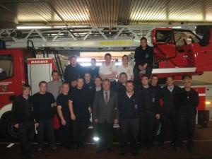 Erfolgreiche Lehrgangsteilnehmer zusammen mit den Ausbildern, Helfern und Bürgermeister Martin Müller.