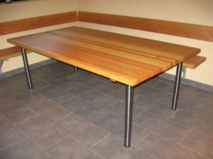 Tisch mit Sitzbänken