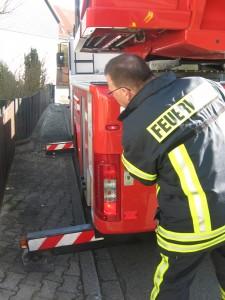 Drehleitermaschinist beim Ausfahren der seitlichen Stützen. Bild: Feuerwehr Otterberg