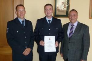 Von links: Wehrführer Hendrik Braun, stellvertretender Wehrführer Florian Jung und Bürgermeister Martin Müller. Bild: Feuerwehr Otterberg